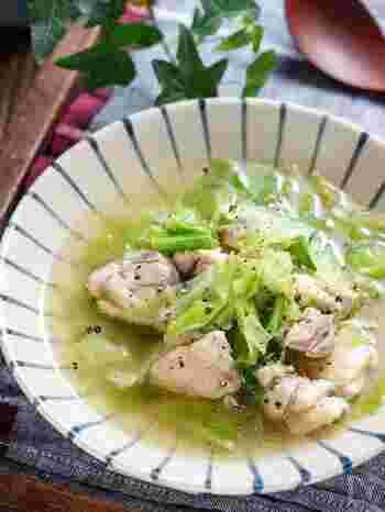 こちらのレシピはキャベツをちぎるだけなのでとっても簡単。シンプルな塩味ですが、鶏肉のうまみがじっくり溶け込んでいます。鶏肉の代わりに豚バラや豚ロースを使うのもおすすめです。