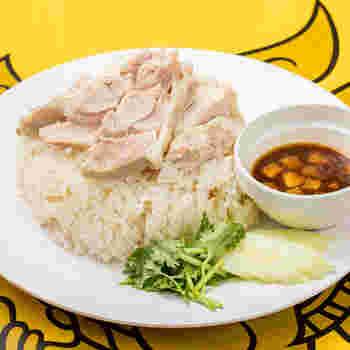 人気メニューのカオマンガイ。チキンの出汁がきいたチキンライスに、ついついパクチーが欲しくなってしまいます。