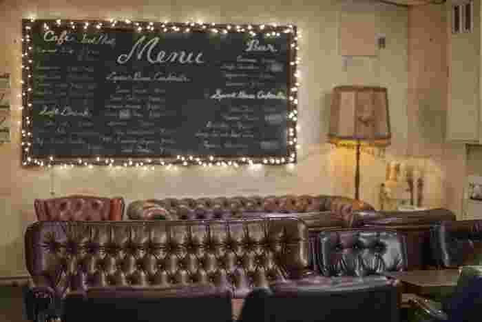 道玄坂近くのビルの2階にある「emma lounge(エマラウンジ)」。革張りのソファーが並ぶ、アンティーク感漂うオシャレな店内。