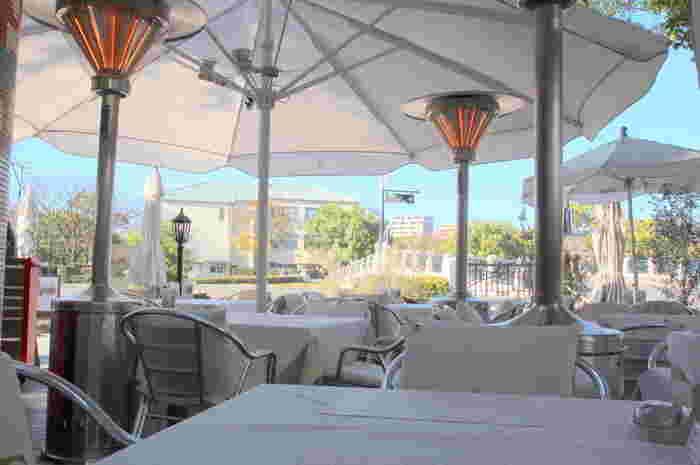 平和記念公園内の川沿いにはおしゃれなオープンカフェも♪