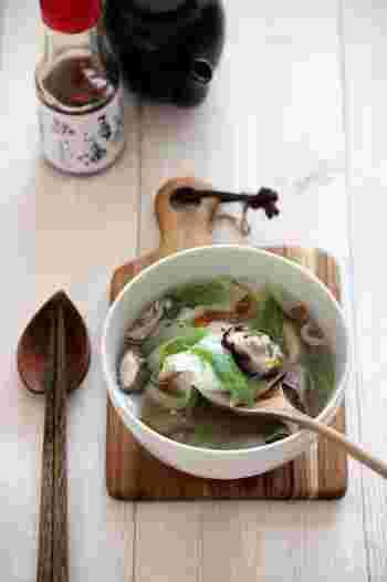 具だくさんのワンタンスープは、体を温めるだけでなく、具沢山なのでこれ一つで満腹感がえられます。豚肉にお野菜も入って、栄養バランスも良しの一品です。