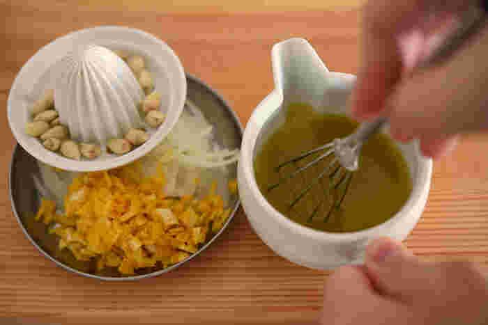 薄切りにした玉ねぎも風味アップのための大事な材料。マリネ液はオリーブオイルをベースにゆずの果汁を加え、酢、塩、砂糖、こしょうで整えます。