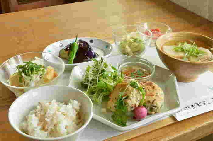 季節の素材や、奈良県産の野菜をたっぷり使った体にやさしいおばんざいと、混ぜご飯が楽しめます。 ランチの他にも、単品の料理やデザートなど、充実したメニューが揃っています。