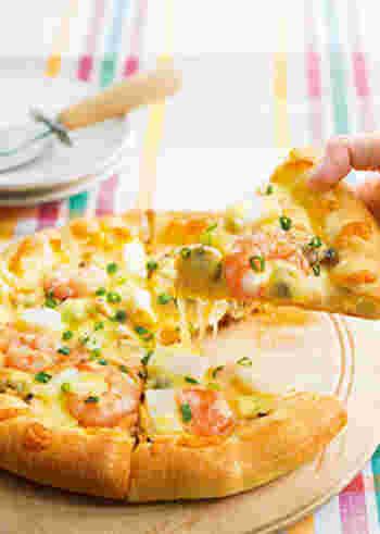 ちょっと変化球でホワイトソースベースの海鮮ピザはいかが?冷凍のシーフードミックスを使えば簡単だし、見た目もゴージャス。ピザ用チーズの他、生地にクリームチーズを乗せたところがポイント。チーズ好きにはたまらない一品です。