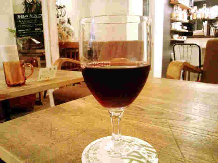 アルコールも揃っていて、定食にはセットでつけることができます。グラスワインはセットで+200円と嬉しい値段。アルコール以外にもコーヒーなどカフェメニューも充実。最後までゆっくり楽しむことができますよ。