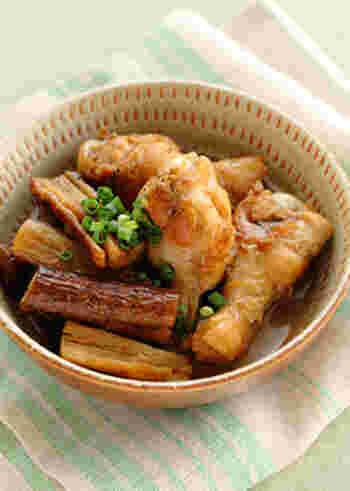 鶏の手羽元とごぼうを黒酢とはちみつで煮込んだレシピ。火を通すことでお肉もごぼうも柔らかく。さっぱりとしたコクで白いご飯が進みます。
