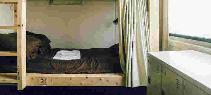 ドミトリーは男女混合8人用・6人用と女性6人用の3タイプがあります。長身の方もゆっくりと寝られる特注サイズのベッドサイドには読書灯とコンセントを完備。プライベートカーテンで仕切られます。お値段も1泊2600〜3000円ととってもリーズナブル☆