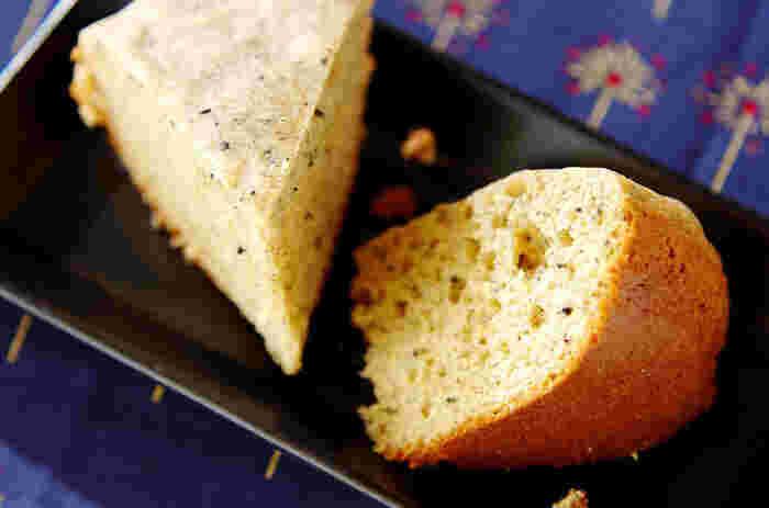 蒸しパンはどこか懐かしい感じのするパンですよね。きなこと蒸しパンは控えめな甘さ同士で似ている部分があり、食材同士がとてもマッチするんです。  ボウルに卵と砂糖と牛乳にサラダ油を合わせて、さらにホットケーキミックスときなこを加えてよく混ぜ合わせます。そして混ぜた材料をご飯を炊くのと同じように炊飯器で炊いて完成です。お好みのお茶と一緒に食べると、日常の中の贅沢な時間を感じられますよ。