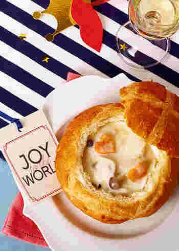 一見、むずかしそうなポットパンは、パンの器にシチューを入れるだけのお手軽料理。パンを購入する時には器になりやすい形と固さのものを探してみてくださいね。「ブール」や「シャンピニヨン」という名前のハード系がおすすめです。