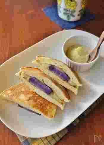 さつまいもと紫芋を餡に使用したどら焼きのレシピです。生地は甘さ控えめにすることで、お芋本来の甘さがより引き立ちます。さつまいもと紫芋をお鍋で蒸すひと手間が甘さをアップさせるポイントです。