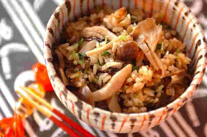 きのこを贅沢に使った旨味たっぷりの炊き込みご飯。濃い醤油味に、さわやかな三つ葉でさっぱり感と彩りをプラス。