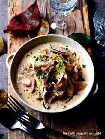 だしつゆに生クリームをミックスさせた和風のクリーム煮。椎茸を加えることでコクが増します。最後にはブラックペッパーと刻みパセリで風味付けを。