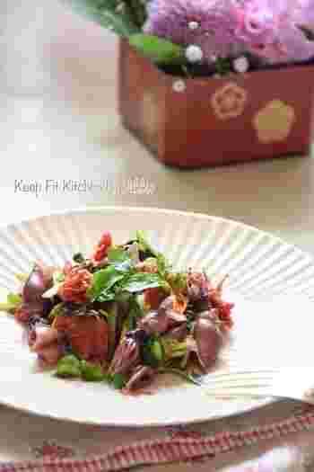 春が旬のホタルイカやせりを使った季節のソテー。さっぱりとした味付けで、春の食材の優しい風味を満喫しましょう。ローズマリーはお好みで。