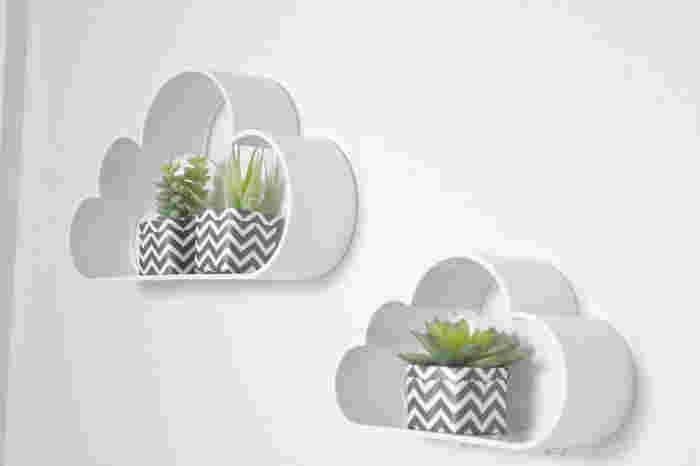 ホワイトで部屋に馴染む、雲形のシェルフ。多肉植物を飾ったり、子ども部屋のアクセントにもぴったりです。