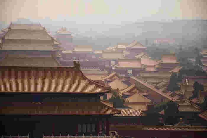 中華人民共和国の首都である北京。意外に思えるかもしれませんが、中国大陸を治めた国々の全てが北京を首都にしていたわけではなく、現在の北京にある日本人が「中国らしさ」を感じる紫禁城や胡同などは清朝時代に造られたのもの。怒濤の歴史を乗り越え経済大国となった中国と、広大な領土を有し華やかな文化を築いた清の余韻が織り成す大都市です。