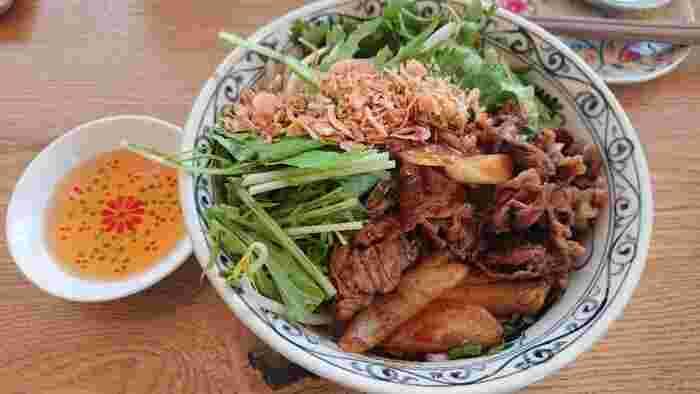 エスニック料理なら、ベトナム料理店「Diner vang」がおすすめです。フォーやビーフンに春巻きなど、定番の本格メニューをおしゃれな店内で楽しむことができます。また、ベトナムのサンドイッチ、バインミーはテイクアウトもできるので、お外で景色を楽しみながら食事をしたいときにもぴったりですよ。