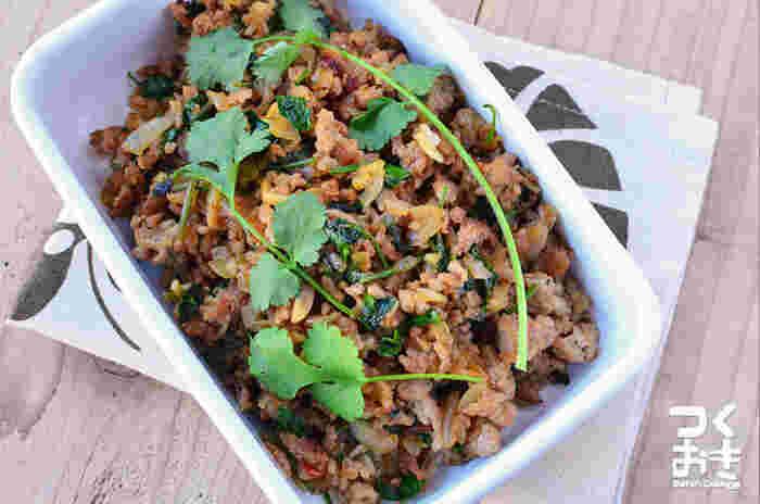 ひき肉はエスニック料理にもよく使われています。こちらは「ラープ」というタイ料理のひとつ。パクチーを使って炒めます。ご飯の上にのせて食べるのがおいしそう♪