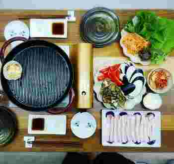 サムギョプサルは、各自が好きな具材をくるんで自由に食べるのが楽しい料理。テーブルに彩り豊かな具材をいろいろと用意すると、わいわいとにぎやかにパーティーが盛り上がりますね。