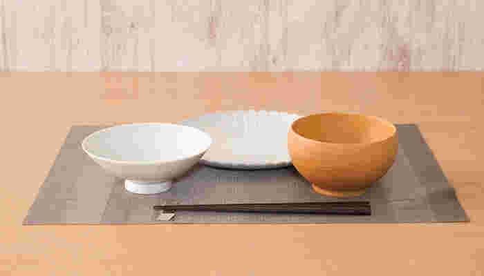 洋食のコースで一般的に使われているのは、お揃いのシンプルなプレート。和食はというと、逆に同じデザインでは味気なくなってします。統一することで美を演出する洋食器に比べて、和食器は色、柄、形、素材など異なる趣を調和させることに美しさがあるのです。