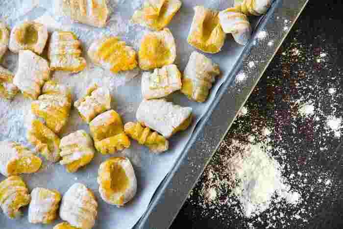 つぶしたジャガイモと小麦粉を合わせてつくる「ニョッキ」もパスタの仲間。もちもちした食感がたまらないですよね♪ここ数年で日本のスーパーでもよく見かけるようになりましたね。