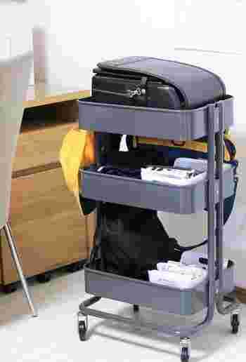 お子さんのランドセル置き場にぴったりなのが、IKEAのワゴンです。35cm×45cmのワゴンにジャストフィット♪教科書などを取り出しやすい高さなのもgood。収納力があり、キャスター付きで移動も楽々です。
