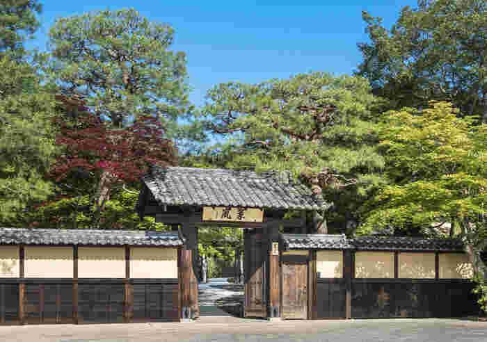 「星のや 京都」に続き、こちらも嵐山エリア。先人のものを受け継ぎ、発展させながら将来を開拓するという、「継往開来(けいおうかいらい)」をコンセプトに掲げているのが、「翠嵐 ラグジュアリーコレクションホテル 京都」。2015年春にオープンした、大人のご褒美旅行にぴったりな宿です。 JR嵯峨野線の嵯峨嵐山駅、阪急嵐山線の嵐山駅から歩いて15分ほどのところにあります。