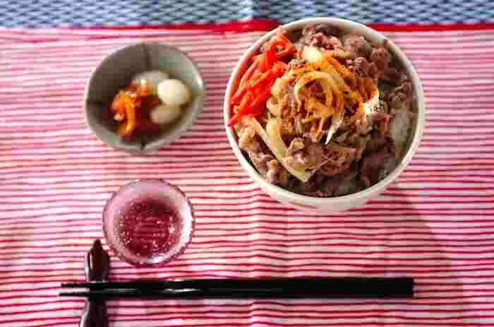 牛肉や玉ネギにあらかじめ下味をつけて冷凍することで味がしみるので、仕込んでおけばいつでもすぐに牛丼ができます。忙しい日の夕食にもなる時短レシピです。