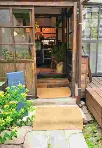 善光寺の西にある立町、お餅屋さんと幼稚園の間に、2016年の暮れにオープン。 毎朝、焙煎をすませて、朝8時半から店を開けています。