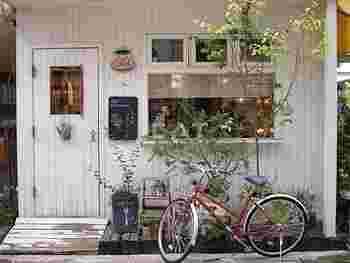 松陰神社前駅から徒歩約3分ほどのところにある「cafe Lotta」は、白く可愛い建物が特徴のこじんまりとしたカフェで、雑貨屋さんをイメージさせるスポットです。