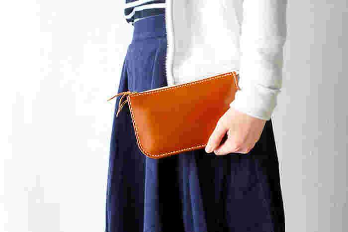 鹿児島に制作拠点を構える、飯伏正一郎さんのレザーブランド「RHYTHMOS(リュトモス)」。財布をはじめ、名刺入れやキーホルダーなどの革小物、また、バッグなどのファッションアイテムも手がけています。