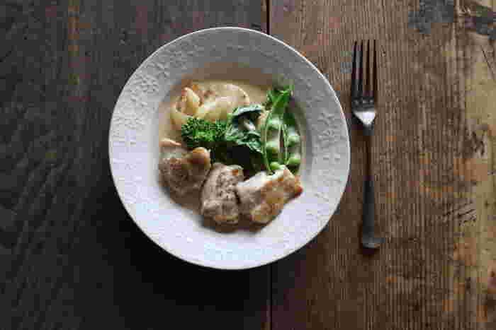 洋風な料理のクリーム煮にぴったりの洋皿。リム部分は、ヨーロッパの庭の風景をイメージした模様なのだそう。まるでレストランで出てくるような、高級感や特別感を引き立ててくれますね。