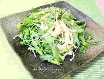 春菊のシャキッとした歯ごたえと、風味が味わえるおかずです。春菊といえば「和」のイメージですが、ナムルにも合うんです。