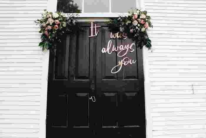 会場ドアにお花とロゴのディスプレイ。それだけでゲストのフォトブースに早変わり☆