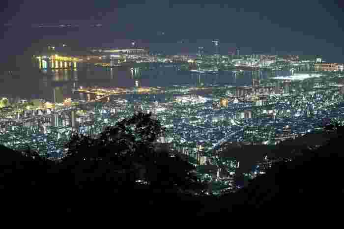 夜になると、幻想的でまた違った表情に。 ここからの夜景は日本三大夜景の1つに挙げられています。