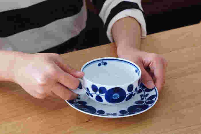 波佐見生まれの白山陶器は、白地に深みのあるブルーが美しいティーカップ&ソーサーです。ボリューム感のある絵付けと、繊細な陶器の質感のコントラストがあって印象的です。紅茶を注げば美しい琥珀色がカップの縁に現れそうです。