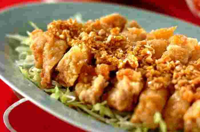 パリパリの鶏もも肉がおいしい、本格的な「油淋鶏」。白ネギとしょうががたっぷり入った香味だれをかけていただきます。ジューシーな鶏肉と酸味がきいたたれがたまらないレシピです。