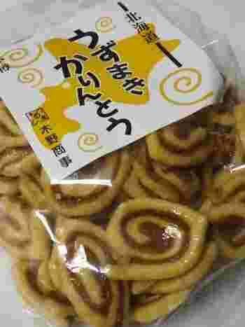 ぐるぐるとうずまき状になっている、なんとも珍しいかりんとう。その名も「うずまきかりんとう」。北海道・小樽市にある食品会社「木野商事」が販売しています。