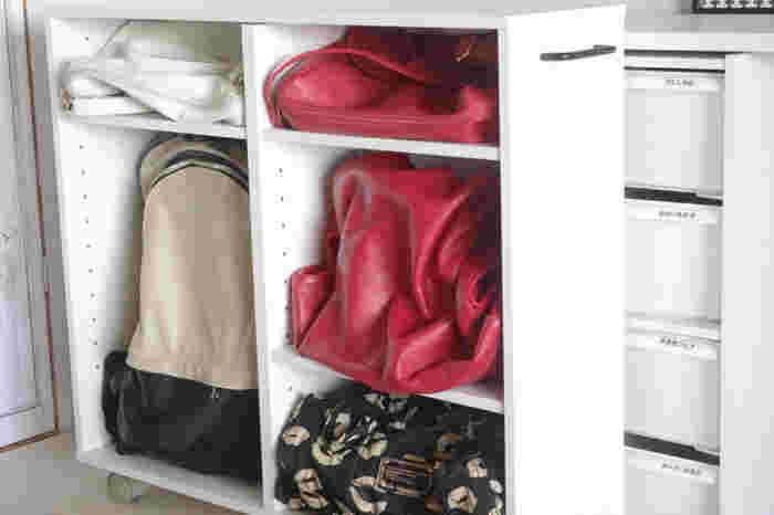 衣装ケース横の隙間には、キャスター付きのニトリのマルチラックでかばんを収納。可動式の棚なので、かばんの大きさに合わせて棚の大きさを変えられます。