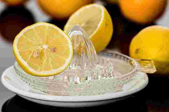 ビタミンCとクエン酸で疲労回復&美肌効果を狙いたいなら「レモン白湯」がおすすめです。 カップ1杯分の白湯に、レモンをお好みで数滴入れ、塩をほんの1つまみだけ足して飲んでみてください。