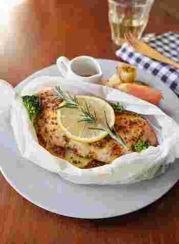 電子レンジで作れる簡単な包み焼きレシピ。鮭やブロッコリーにハニーマスタードソースをかけて、あとはチンするだけ。身がふっくら柔らかく、熱々を召し上がれ♪