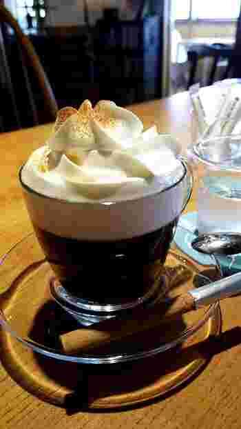 こんもりとクリームがのったウインナーコーヒーをゆっくり飲みながら過ごす時間は、贅沢そのもの。時間によって表情を変える猪苗代湖の美しさも堪能してみてはいかがでしょうか?