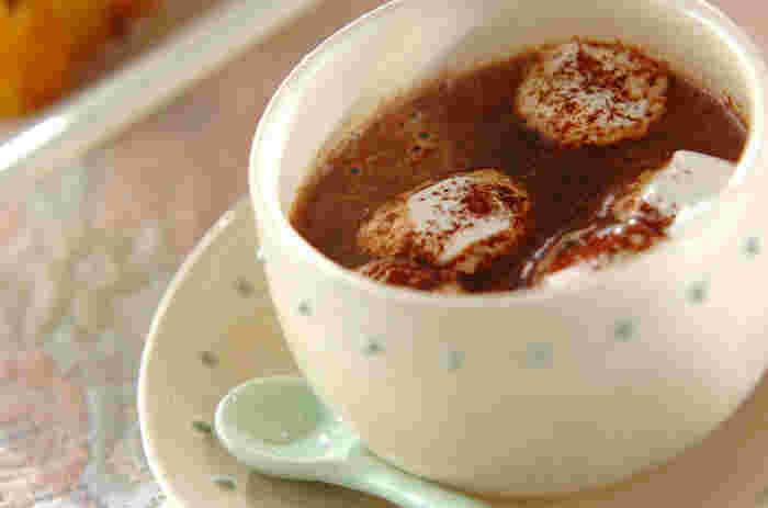 冬になると飲みたくなる飲み物、ココア。甘さ控えめのビターチョコレートで作ればちょっぴりほろ苦い大人の味。マシュマロを浮かべて、ふわっととろける食感も楽しめます。