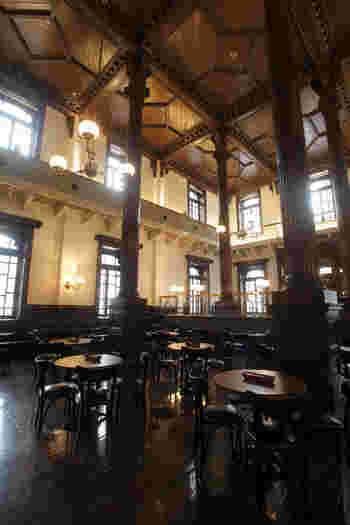 かつて三菱の「銀行営業室」だったホールは、当時の面影を残す「Café1894」に生まれ変わりました。まるで外国を訪れたかのような、クラシカルな雰囲気が魅力です。  アート鑑賞の後に、優雅なお食事やティータイムを楽しんでいきませんか。