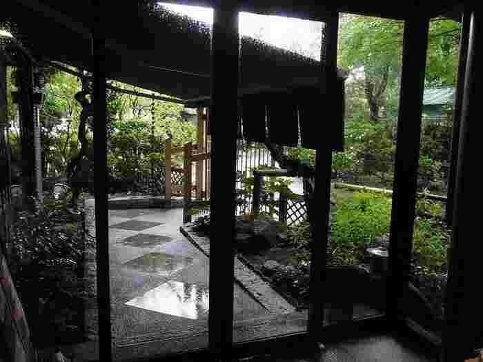 都心とは思えないほどの静けさ。雨の日のしっとりと濡れたエントランスも風情が感じられますね。