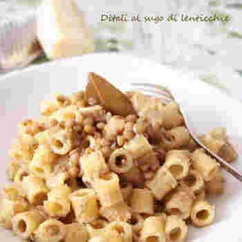 簡単な材料で作るレンズ豆のパスタ。小さな筒状のディタリというショートパスタを使っているとか。シンプルだからこそ、おしゃれさを感じるひと皿ですね。