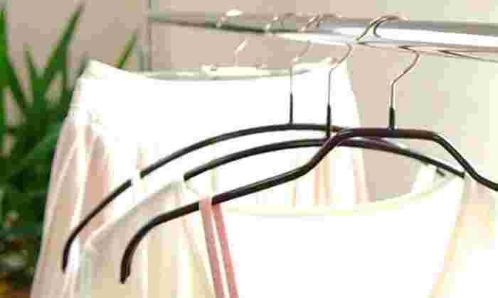 ドイツの職人のこだわりから作られたマワハンガー。細いストラップなどもすべらないコーティングや、肩にハンガーの跡がつかない曲線仕上げがポイント。愛用者の多いロングセラーです。