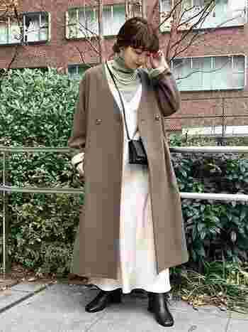 ノーカラーのモカアウターは、ほんのり春を感じるグリーン×キナリのコーデで軽やかに。ブーツとショルダーバッグで可愛すぎを防止。