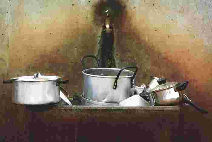 食器洗いにはサイズの小さい「びわこふきん」が活躍します。あらかじめ「油汚れ」は、ヘラや新聞紙などで取り除いておきます。そのあと「お湯」を使って「びわこふきん」で洗うだけ。お皿との密着感があり「するり」と汚れが落ちていきます。
