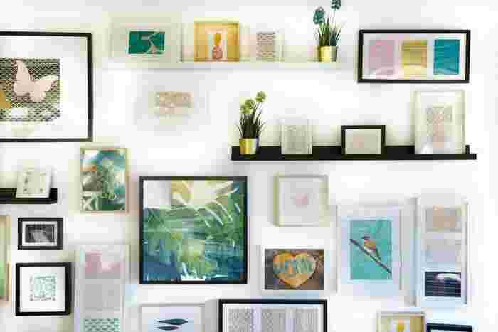 また、片付いている反面、殺風景と感じる部屋もあります。そんなときは絵を飾ってみましょう。  壁に対して2割程度の面積を目安にすると失敗がありません◎ 同じサイズの絵を3枚並べてみる、中心線を合わせて違うサイズを一定のスペースに何枚か飾ってみるなど、バランスをとるポイントをおさえて飾ってみるといいでしょう。