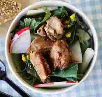 「どっさり国分寺野菜のサラダボウル」は、野菜サラダに週替わりのお肉がトッピング。ドレッシングが数種類からセレクトできるのがうれしいですね。新鮮な野菜の甘さや苦み、食感などを味わえてヘルシーなのに満足感の高いランチ。